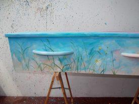 kist met weidebloemen beschilderd